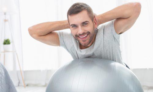 【体幹&全身に】バランスボールの使い方10選|ダイエットにも効果的なトレーニングメニューとおすすめアイテムを紹介