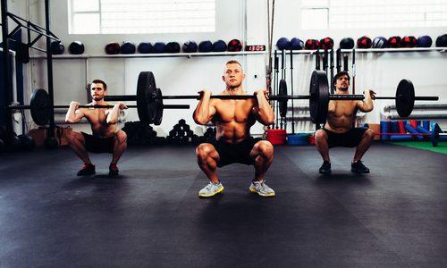 【大腿四頭筋の強化】バーベルスクワットのやり方6選|初級〜上級のレベル別!基本的なフォームや頻度、重量を徹底解説
