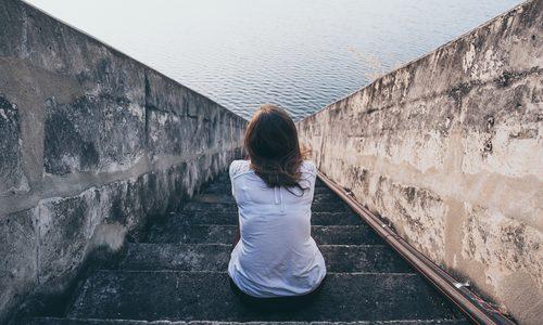 隠れメンヘラ女を見抜くための16の特徴|診断チェックリストと付き合い方・別れ方まで対応方法を徹底指南