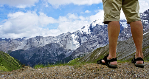 アウトドアサンダルおすすめランキング10選|滑らない・疲れない!Tevaやモンベルなど夏も冬も活躍の最強人気商品
