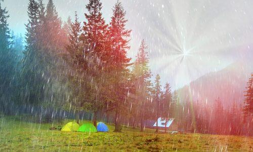 雨キャンプを楽しもう|対策しだいでエンジョイできる!おすすめの過ごし方や撤収のコツ